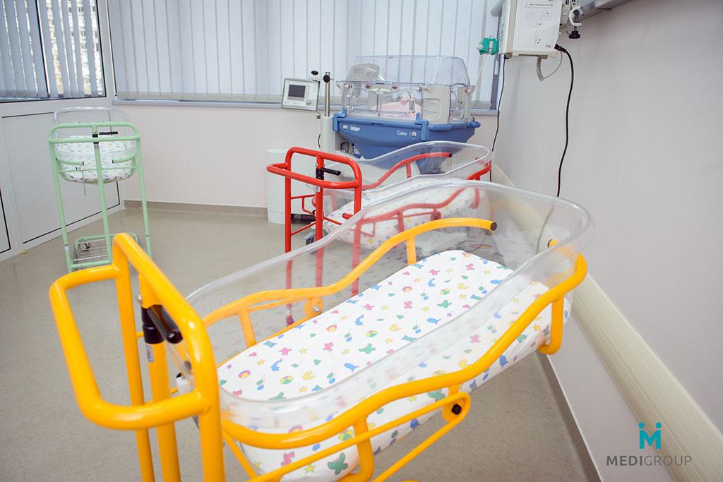 Porodilište Opšte Bolnice MEDIGROUP opremljeno je modernim porođajnim salama, operacionom salom za izvođenje carskih rezova, jedinicom intenzivne nege i neonatološkom jedinicom.