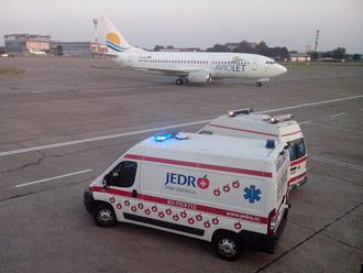Transport sanitetskim vozilom obavljamo i do aerodroma do Doma zdravlja Jedro, uz pratnju medicinskog osoblja